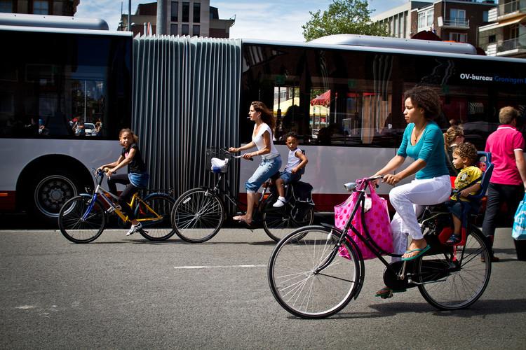 Groningen: referência holandesa em mobilidade urbana, Ciclistas em Groningen: cidade holandesa é uma das referências no uso da bicicleta. Image © Claudio Olivares Medina, via Flickr. Licença CC BY-NC-ND 2.0
