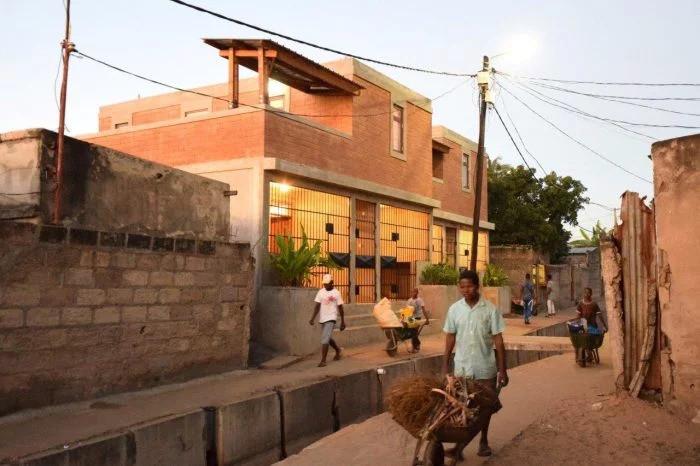 Telhado verde e blocos de terra ajudam a melhorar moradia de baixo custo em Moçambique, © Casas Melhoradas