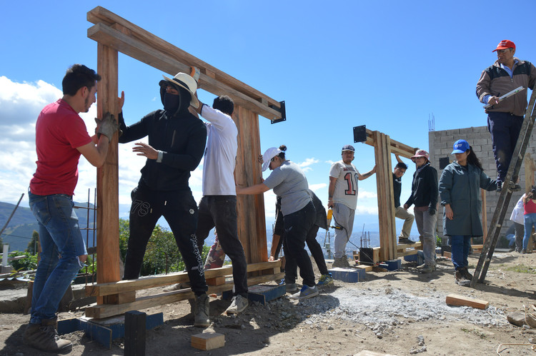 Tres proyectos del taller universitario 'Con Lo Que Hay' y ENSUSITIO en la periferia de Quito, Comedor y juegos de la congregación evangélica Jerusalem: construcción. Image © ENSUSITIO
