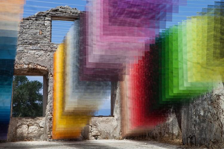 Instalação transforma ruínas gregas em uma paisagem de pixels e cores, Cortesia de Quintessenz