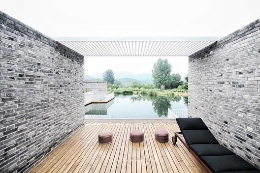 Courtyard along south side pool. Image © Lei Mao