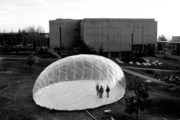 'Pabellón invertebrado' cuestiona la noción de la resistencia estructural asociada a la rigidez, © BASE studio