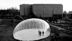 """""""Pavilhão invertebrado"""" questiona a noção da resistência estrutural associada à rigidez"""