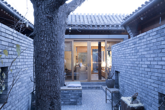 Ten Courtyard House / Atelier ZAI