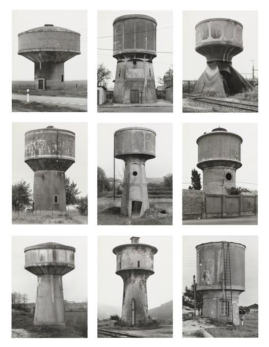 """Bernd Becher, Hilla Becher. Water Towers, 1988. © 2018 Hilla Becher. Crédito: MoMA; presente de Werner e Elaine Dannheisser. Sob termos de """"Fair Use"""""""