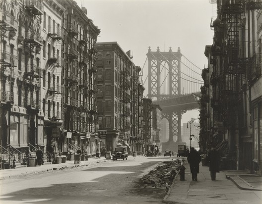 "Berenice Abbott. Pike and Henry Streets, Manhattan, 1936. © 2018 Berenice Abbott/Commerce Graphics. Crédito: MoMA. Presente anônimo. Sob termos de ""Fair Use"""