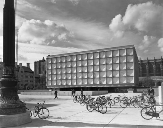 Ezra Stoller. Beinecke Library, Yale University, Skidmore, Owings & Merrill, New Haven, CT, 1963. © Ezra Stoller. Cortesia de Yossi Milo Gallery, Nova Iorque