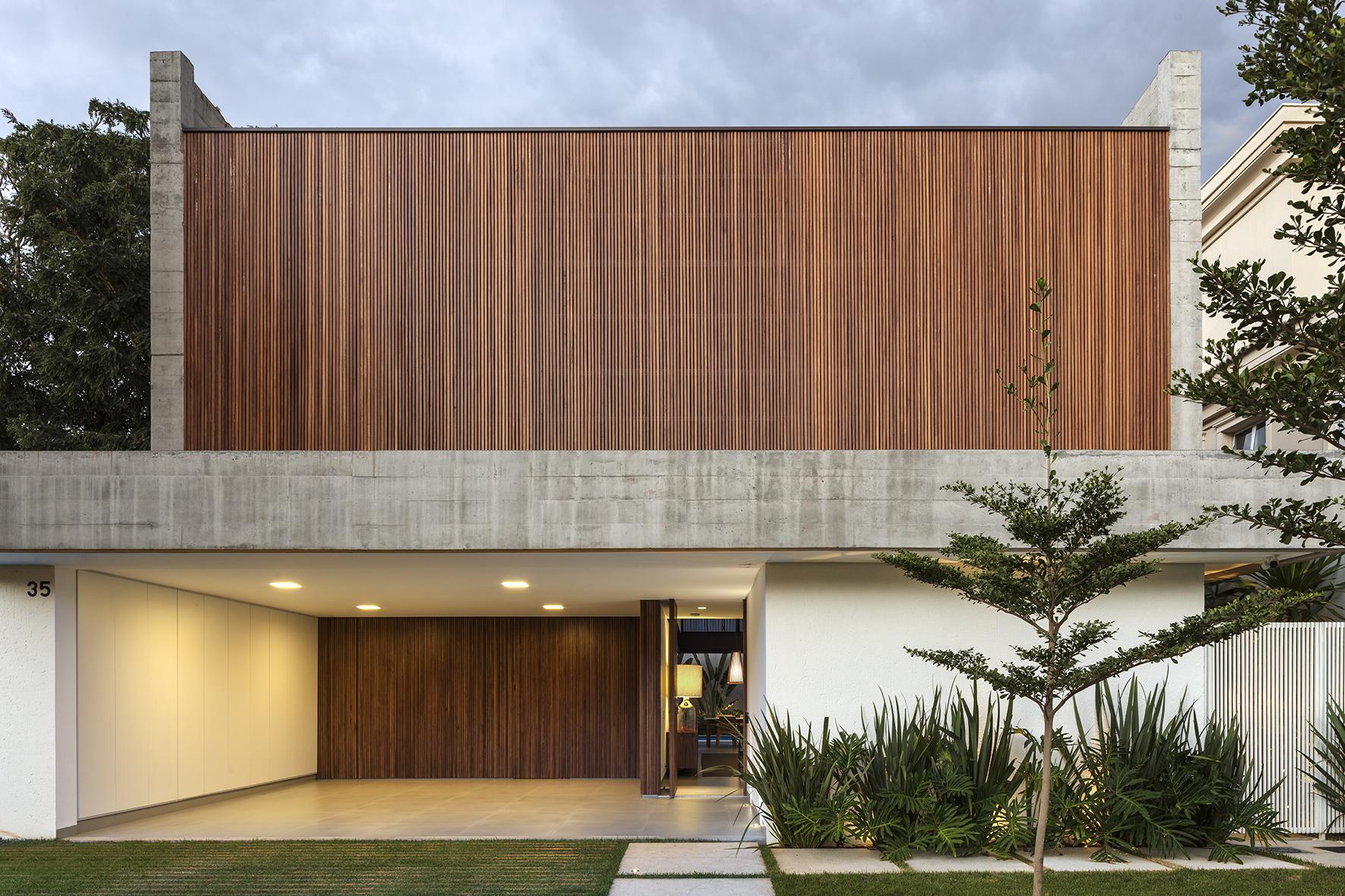 Castro House / Aguirre Arquitetura