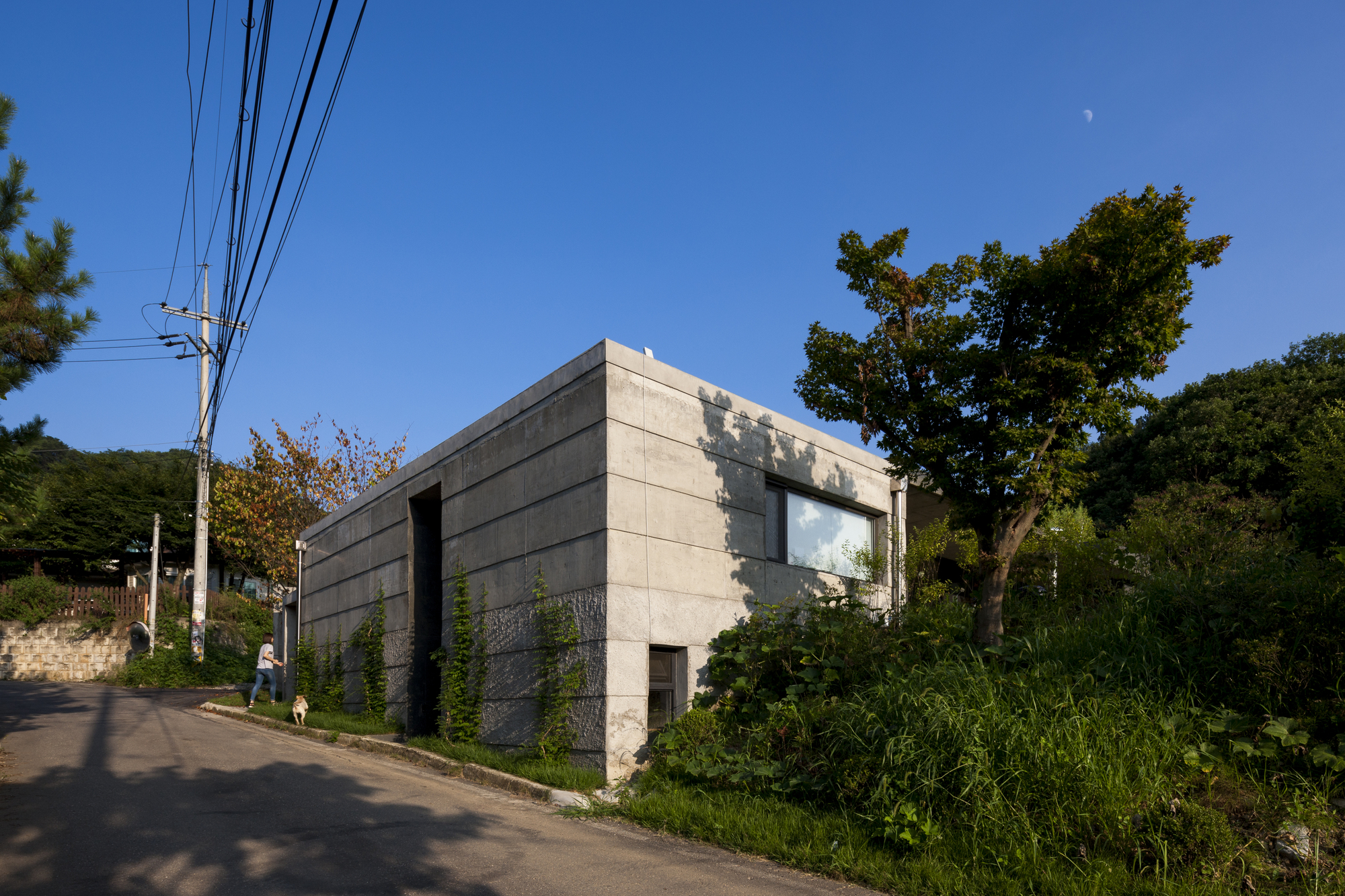 Moonhori Residence / a round architects