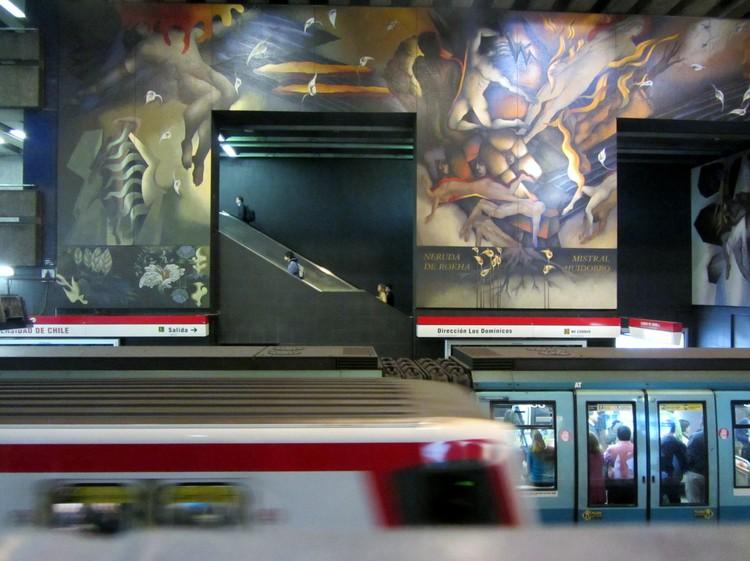 """La ciudad chilena en prensa: protegerán 4,5 millones de hectáreas de humedales y Línea 3 del Metro inicia marcha blanca, © Rodrigo Fernández, bajo licencia <a href=""""https://creativecommons.org/licenses/by-sa/4.0"""">CC BY-SA 4.0</a>, <a href=""""https://commons.wikimedia.org/w/index.php?curid=59896916"""">Enlace</a>. ImageLa Línea 1 del Metro de Santiago combinará con la Línea 3 en la estación Universidad de Chile"""