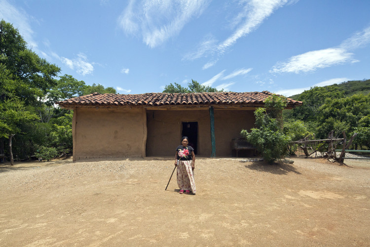 Mexico's Traditional Architecture is Disappearing — This Project Is Seeking to Keep it Alive, Retrato de pobladores. Casa Zapoteca. El Zapote, Oaxaca. 2018.. Image © Onnis Luque + Mariana Ordoñez