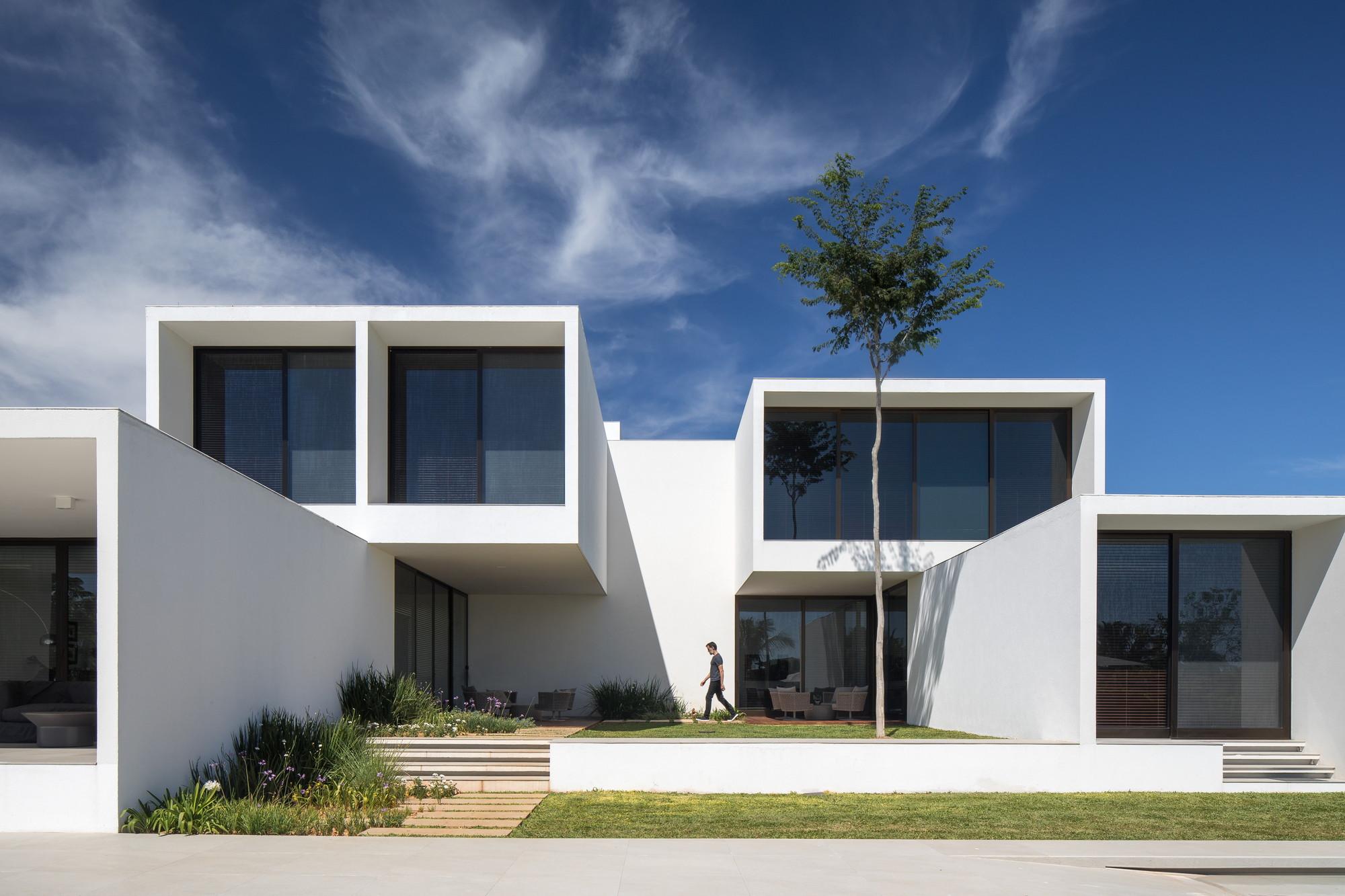 House of Courtyards / BLOCO Arquitetos