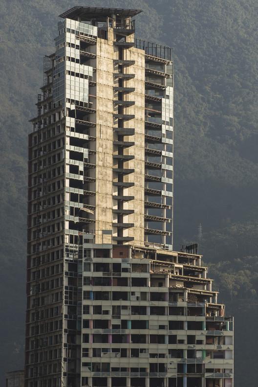 """Últimos andares da Torre de David ficam inclinados após terremoto na Venezuela, © <a href=""""//commons.wikimedia.org/w/index.php?title=User:EneasMx&amp;action=edit&amp;redlink=1"""">EneasMx</a>, Licença <a href=""""https://creativecommons.org/licenses/by-sa/4.0"""">CC BY-SA 4.0</a>. Imagem do Centro Financiero Confinanzas, também conhecido como Torre de David, em 2017"""