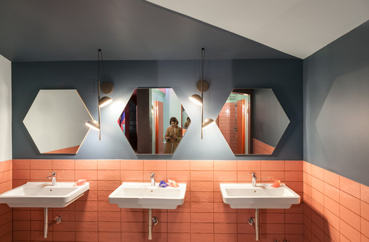 Baños mixtos y sin distinción de género: rompiendo preconceptos espaciales, ambientales y cromáticos