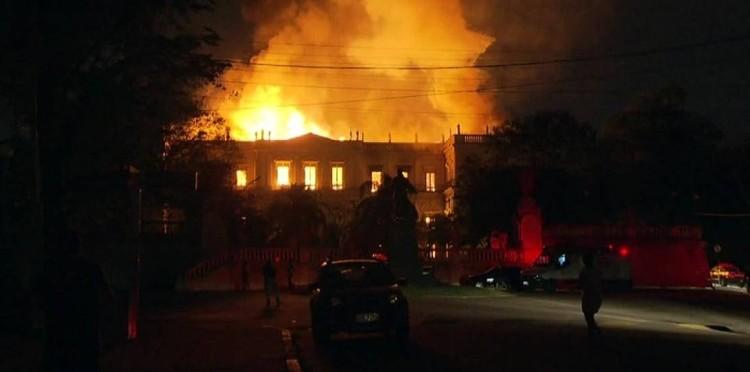 Incêndio de grandes proporções atinge o Museu Nacional no Rio de Janeiro, Incêndio atinge Museu Nacional no Rio. Foto: Reprodução/ TV Globo