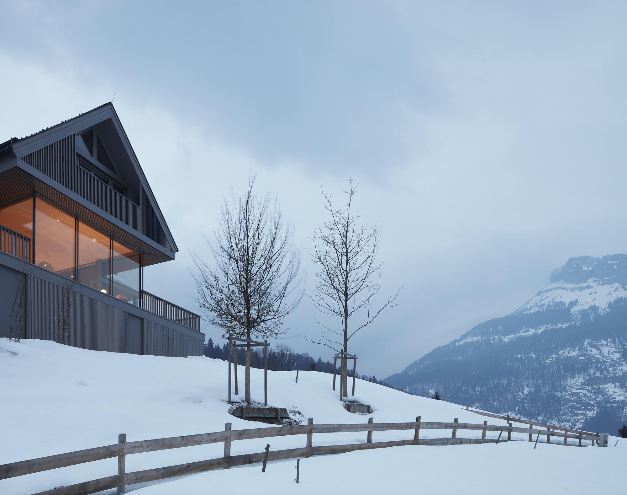 House Between the Mountains / Gangoly & Kristiner Architekten