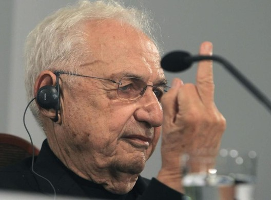 "Frank Gehry flips off a reporter who challenged him of practicing ""showy architecture. . Image© EFE"