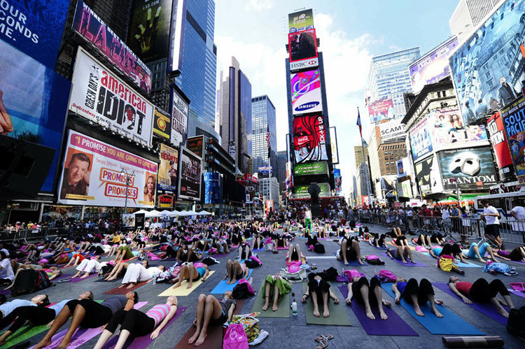 Artificial Intelligence Estimates Obesity by Analyzing Buildings and Green Space, Yoga in New York. Image via Creative Commons