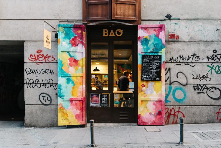 """Iñaki Domínguez sobre gentrificación, brunch y hipsters: """"Creo que tendemos hacia una homogeneidad global"""", Tienda en Malasaña, Madrid. Image © JJFarq / Shutterstock"""