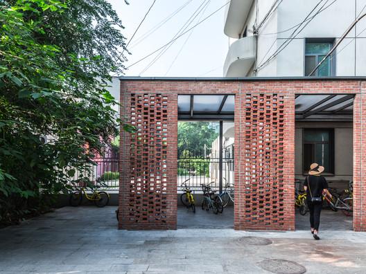 bicycle parking. Image © Daqian Yin