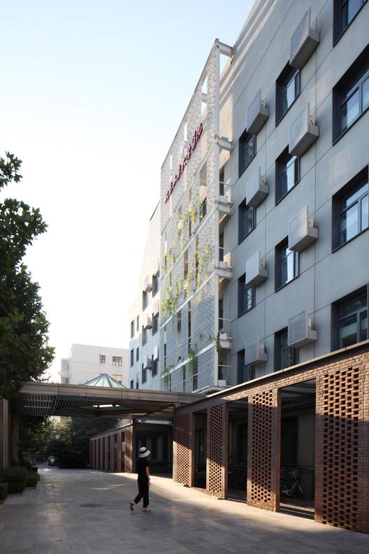 ground level plaza. Image Courtesy of United Design U10 Atelier