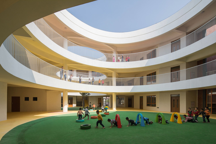 Between Square and Circle: Xinnan Kindergarten / Jin Niu , Circular courtyard in the building . Image © Chao Zhang
