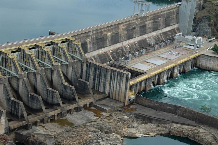 Brasileiros criam mini-hidrelétrica que permite gerar energia elétrica em casa, Usina Hidrelétrica de Jaguara, exemplo de produção de energia em grande escala. © Ernani Baraldi, via Flickr. Licença CC BY 2.0