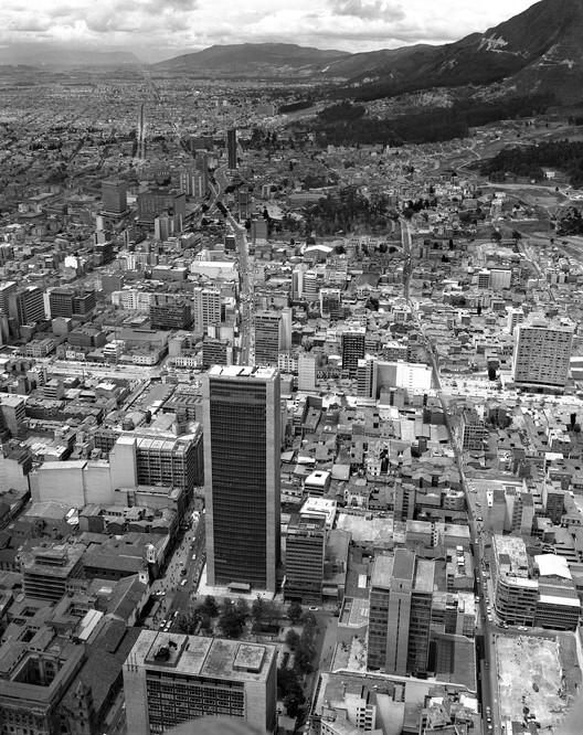Bogotá, según la fotografía de Rudolf Schrimpff, Edificio Avianca en 1969, con vista panorámica hacia el norte de Bogotá. Image © Rudolf Schrimpff