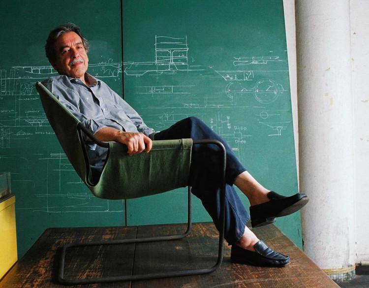 Projetos radicais de Paulo Mendes da Rocha serão tema de exposição no Itaú Cultural, Paulo Mendes da Rocha em seu escritório sentado na cadeira paulistana, de sua autoria; 2005. Image © Ana Ottoni