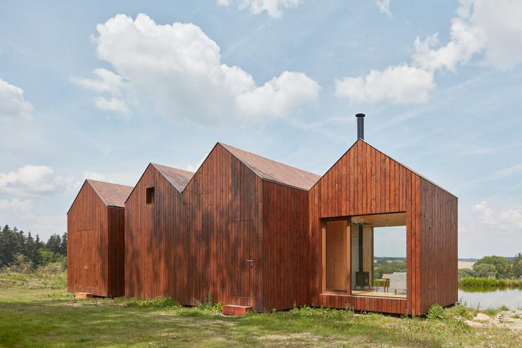 Cabaña cerca del estanque / Atelier 111 Architekti, © Jakub Skokan, Martin Tůma / BoysPlayNice