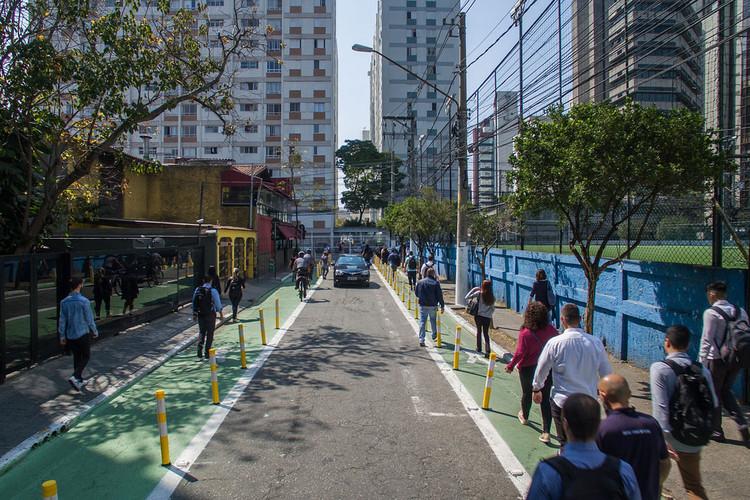Três direitos dos pedestres que podem ser assegurados por meio do desenho urbano, Intervenções na Rua Joel Carlos Borges garantem maior segurança aos pedestres. Foto: Pedro Mascaro/WRI Brasil