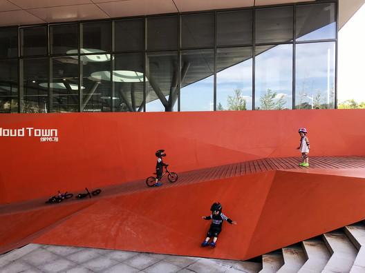 Skating Court . Image © Lianping Mao