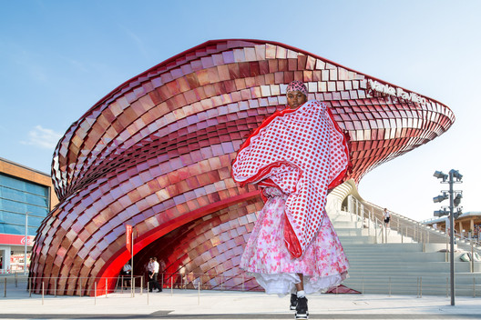 Biorhythmic buildings or 'blobs', as they called, and clothes emerge from the potential given by new technologies in both design and construction. The Vanke Pavilion at Milan Exhibition designed by the famous architect Daniel Libeskind and garment from the Comme des Garcons AW18 catwalk. Image Courtesy of Viktoria Al. Lytra