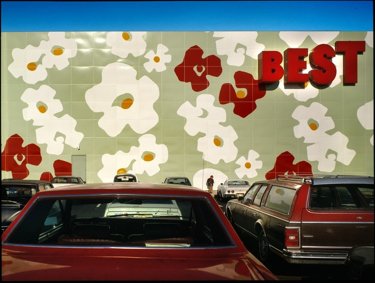 """Aprendemos de lo ordinario y de lo extraordinario"": Robert Venturi y Denise Scott Brown, Best Products Showroom, Langhorne, Pennsylvania (1978). Image © Tom Bernard"