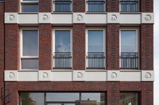 Emoticon Facade / Attika Architekten. Image © Bart van Hoek