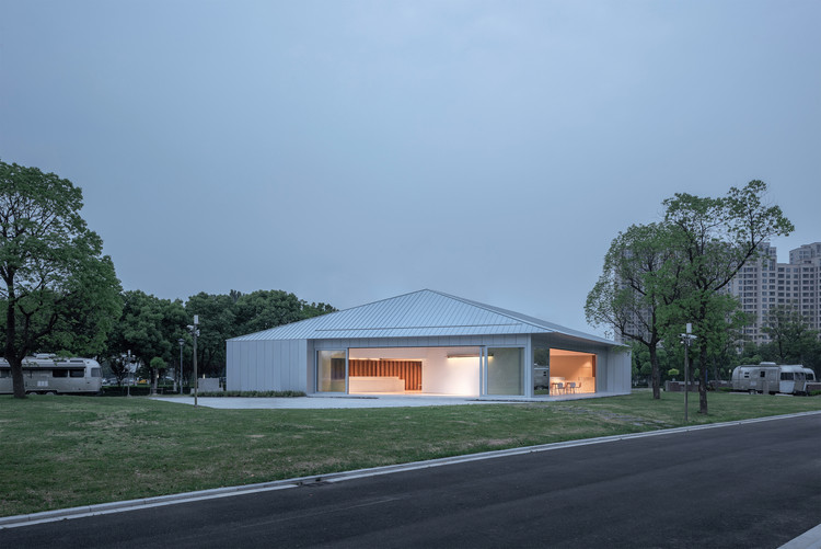 Shanghai Auto Expo Park RV Club / NATURALBUILD, southwest view of the club building in the campground. Image © Hao Chen