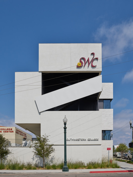 Southwestern College Allied Health Sciences Building / Johnson Favaro, © Benny Chan