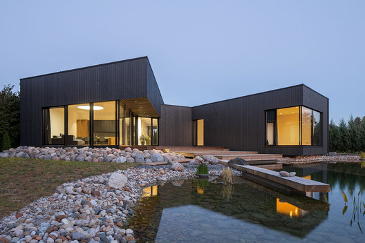 Black House on Nevezis River Slope / Nebrau