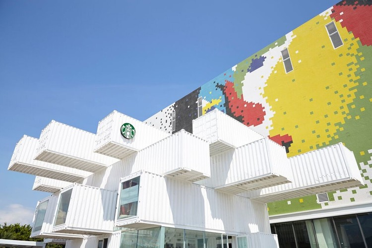 Kengo Kuma Creates Starbucks Store in Taiwan From 29 Shipping Containers