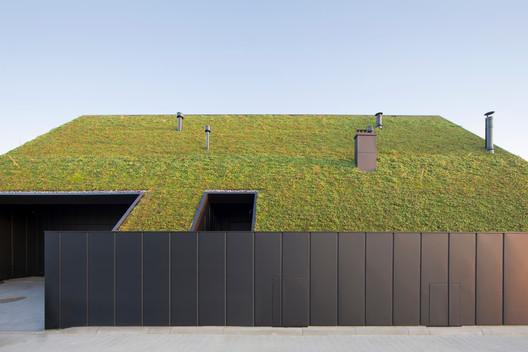 Casa detrás del techo / Superhelix Pracownia Projektowa