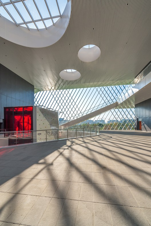 The woven rod has blurred the boundary of the building, infusing the inner space with air and sunshine as natural materials. Image © Lianping Mao