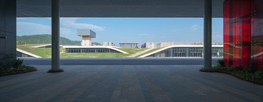 View of the rooftop garden from the first-stage open floor. Image © Lianping Mao
