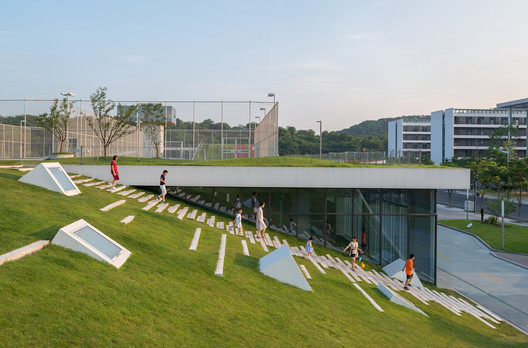 People can easily access the roof through the grass slope which would naturally attract people to rest and stopover. Image © Lianping Mao