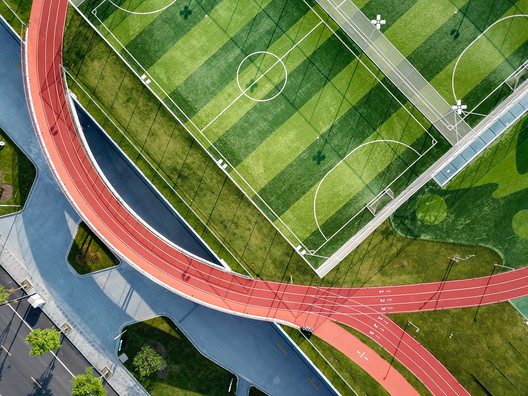Rooftop football field and track. Image © Lianping Mao