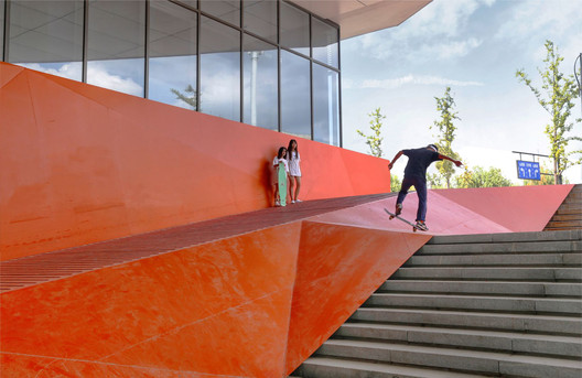 Freight ramp transformed into a teenager's roller-skate platform. Image © Lianping Mao