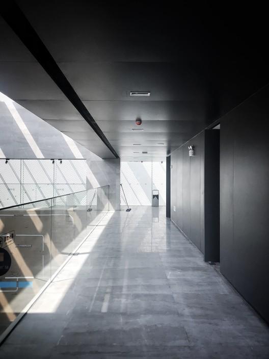 Atrium Second Floor Corridor. Image © Jian Peng