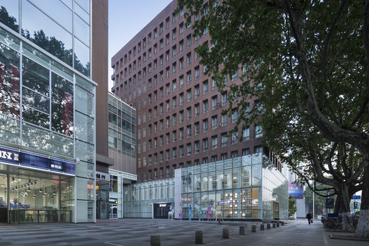 After Renovation_View of 24-hour store from Zhongyang Road. Image © Bowen Hou