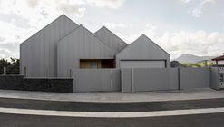 Casa a dos aguas  / Pura arquitectura
