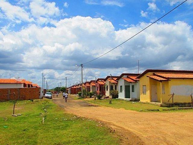 Habitações podem ser consideradas de baixo custo se não forem eficientes?, Casas de um empreendimento do Minha Casa, Minha Vida em Antonio Cardoso, na Bahia. Foto: Paulomedford/Wikimedia Commons