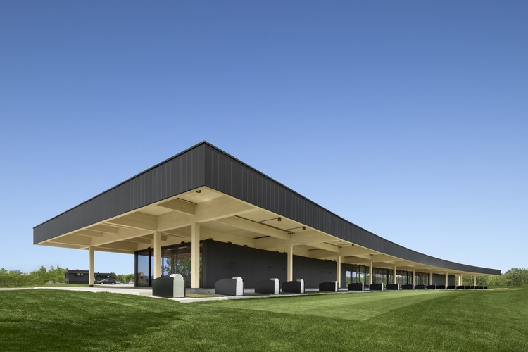 A High-End Golf Clubhouse / Architecture49, © Stéphane Brügge